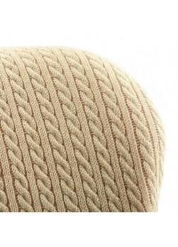 Fauteuil contemporain de couleur beige avec dossier tricoté à la main.