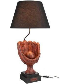 lampe en résine en forme de gant de baseball avec abat jour noir.